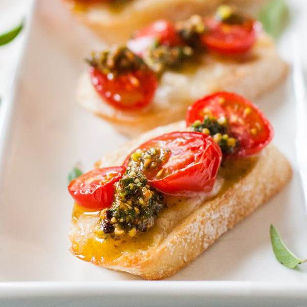 Bruschette con pesto di pistacchio