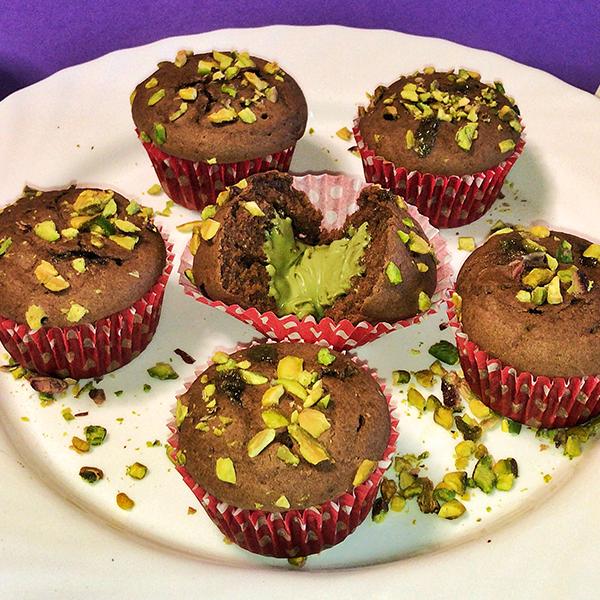 Muffin al cacao con cuore di pistacchio